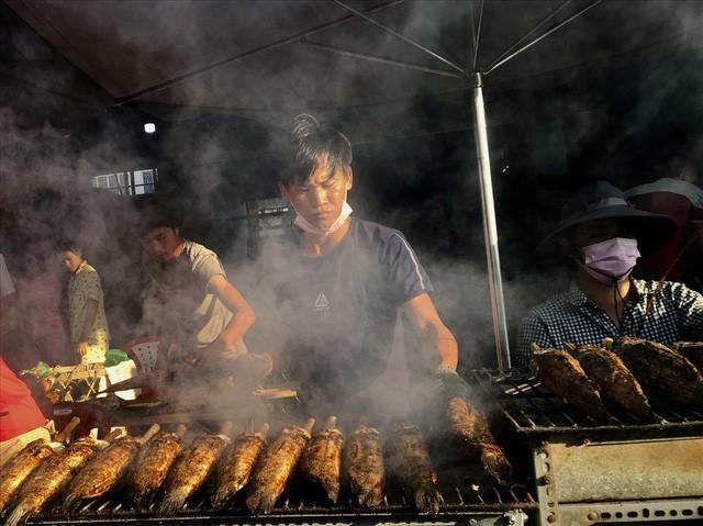TPHCM: Đổ xô mua cá lóc nướng ngày vía Thần Tài - Ảnh 2.