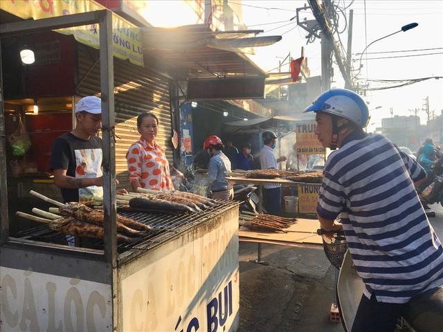 TPHCM: Đổ xô mua cá lóc nướng ngày vía Thần Tài - Ảnh 3.