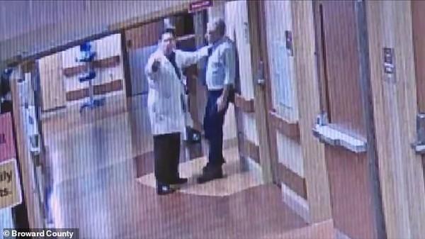 Bác sĩ hành hung người nhà bệnh nhân vì lý do khó hiểu này - Ảnh 2.