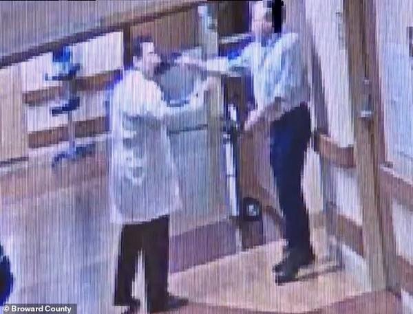 Bác sĩ hành hung người nhà bệnh nhân vì lý do khó hiểu này - Ảnh 4.