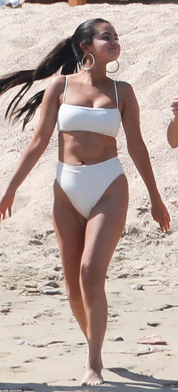 Lộ mỡ thừa khi mặc bikini, Selena Gomez vẫn được khen ngợi hết lời vì điều này - Ảnh 1.