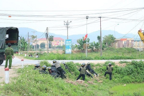 Vụ vây bắt nhóm cố thủ trên ôtô: Tìm thấy lựu đạn, súng ngắn - Ảnh 13.