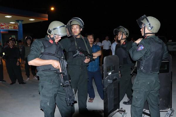Vụ vây bắt nhóm cố thủ trên ôtô: Tìm thấy lựu đạn, súng ngắn - Ảnh 17.