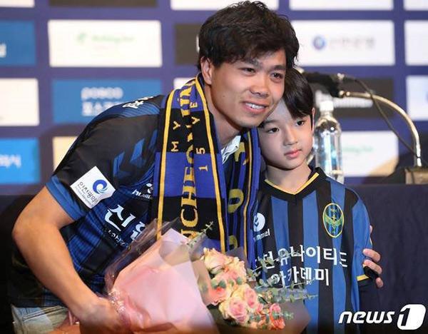 Cậu bé đẹp trai gây chú ý vì tặng hoa cho Công Phượng, thân thiết bên HLV Park Hang-seo, biết danh tính mới thật bất ngờ - Ảnh 1.