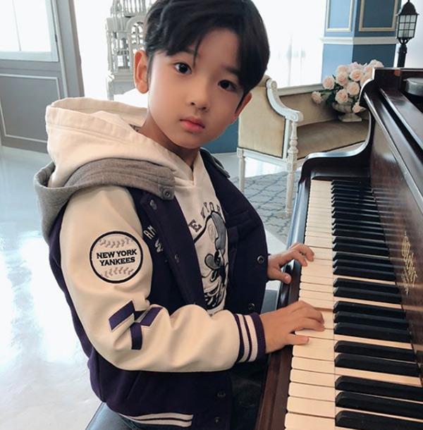 Cậu bé đẹp trai gây chú ý vì tặng hoa cho Công Phượng, thân thiết bên HLV Park Hang-seo, biết danh tính mới thật bất ngờ - Ảnh 11.