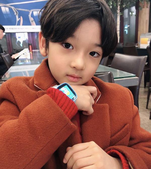 Cậu bé đẹp trai gây chú ý vì tặng hoa cho Công Phượng, thân thiết bên HLV Park Hang-seo, biết danh tính mới thật bất ngờ - Ảnh 12.
