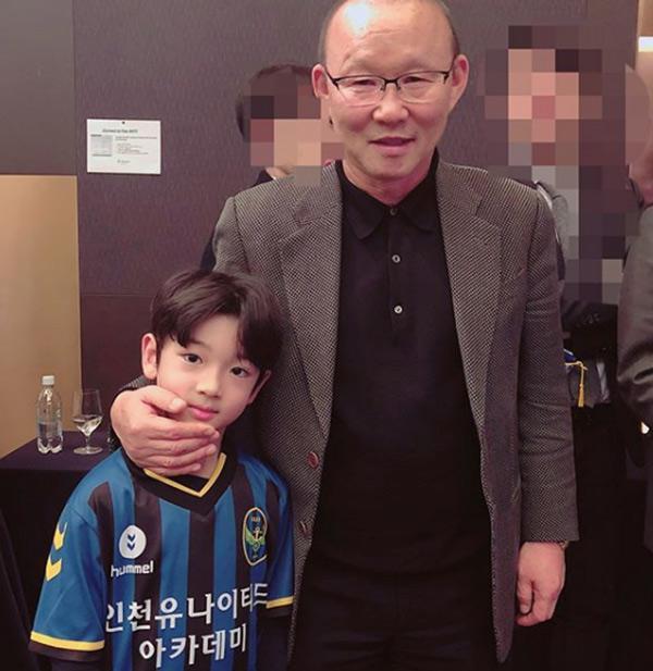 Cậu bé đẹp trai gây chú ý vì tặng hoa cho Công Phượng, thân thiết bên HLV Park Hang-seo, biết danh tính mới thật bất ngờ - Ảnh 3.