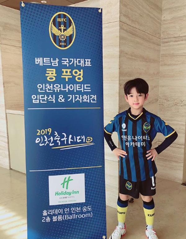 Cậu bé đẹp trai gây chú ý vì tặng hoa cho Công Phượng, thân thiết bên HLV Park Hang-seo, biết danh tính mới thật bất ngờ - Ảnh 4.