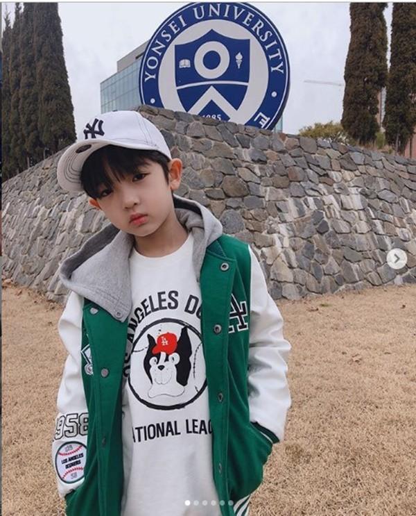 Cậu bé đẹp trai gây chú ý vì tặng hoa cho Công Phượng, thân thiết bên HLV Park Hang-seo, biết danh tính mới thật bất ngờ - Ảnh 6.