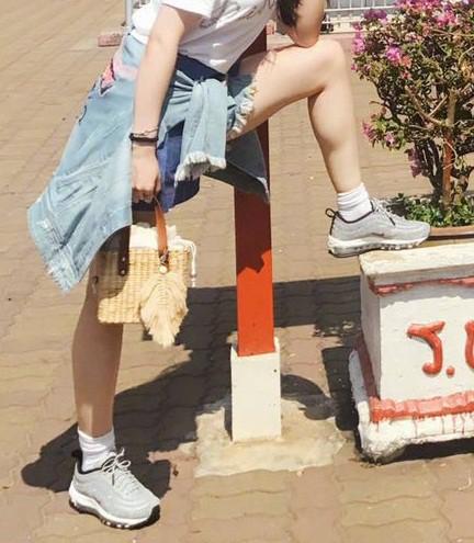 Khoe ảnh du lịch cùng gia đình, Lưu Diệc Phi bị soi đôi chân nổi cơ bắp - Ảnh 7.