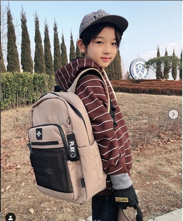Cậu bé đẹp trai gây chú ý vì tặng hoa cho Công Phượng, thân thiết bên HLV Park Hang-seo, biết danh tính mới thật bất ngờ - Ảnh 8.