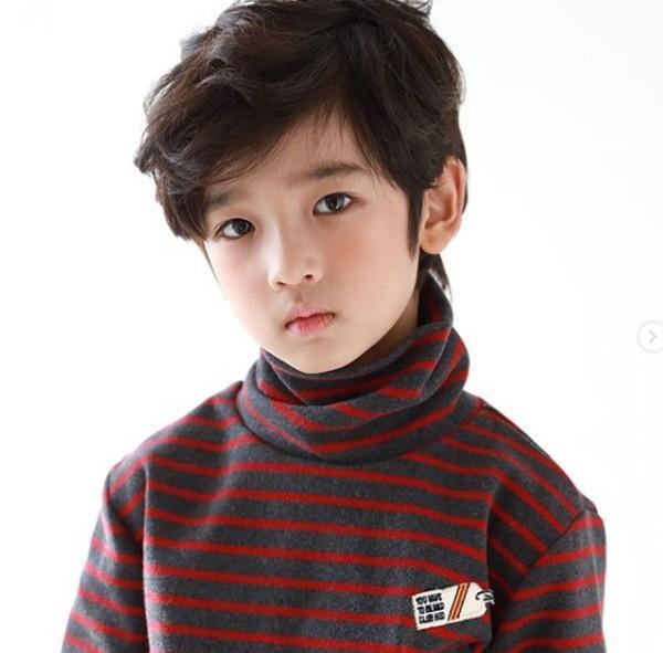 Cậu bé đẹp trai gây chú ý vì tặng hoa cho Công Phượng, thân thiết bên HLV Park Hang-seo, biết danh tính mới thật bất ngờ - Ảnh 9.