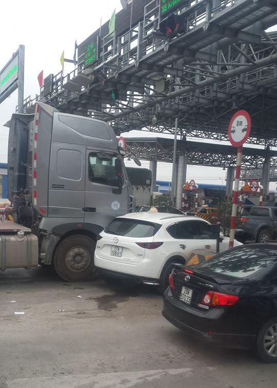 Xe bồn kẹt cứng ở trạm thu phí vì hành động vô ý thức của ô tô Mazda - Ảnh 3.