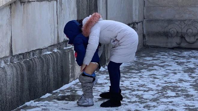 Bà mẹ Trung Quốc gây phẫn nộ khi bỏ qua 14 nhà vệ sinh, cho con tè bậy giữa Tử Cấm Thành - Ảnh 1.