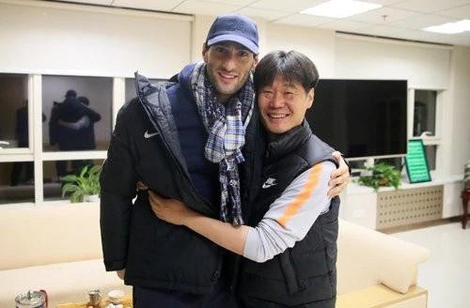 Lộ ảnh tập luyện tại Trung Quốc, cựu sao Manchester United sẵn sàng đối đầu Quang Hải, Duy Mạnh - Ảnh 3.