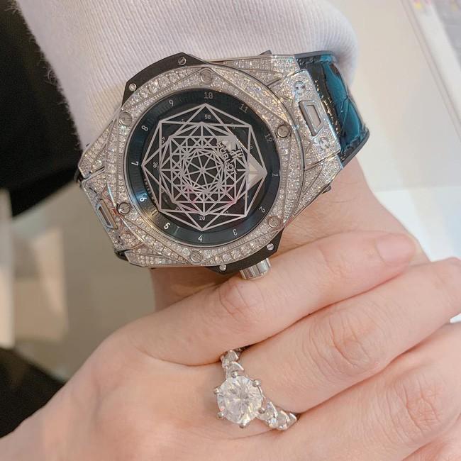 Hari Won khoe tặng Trấn Thành quà kỷ niệm cưới hơn nửa tỷ đồng, bật mí chi tiết thú vị về màn cầu hôn năm nào - Ảnh 1.