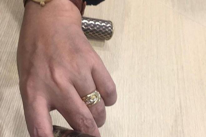 Ngọc hoàng Quốc Khánh khoe nhẫn ở ngón tay áp út, chuẩn bị lấy vợ? - Ảnh 1.