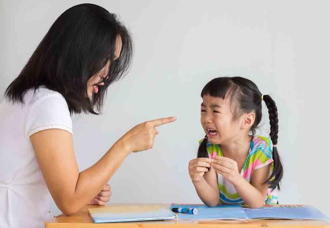 8 câu nói tưởng vô tình mà lại khiến con bị tổn thương lòng tự trọng vô cùng, cha mẹ tuyệt đối nên tránh - Ảnh 2.