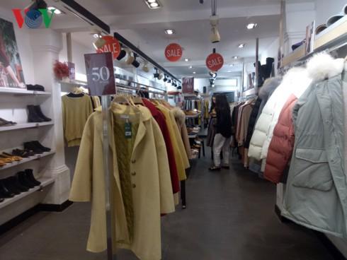 Hàng thời trang giảm giá sâu vẫn… ế - Ảnh 4.
