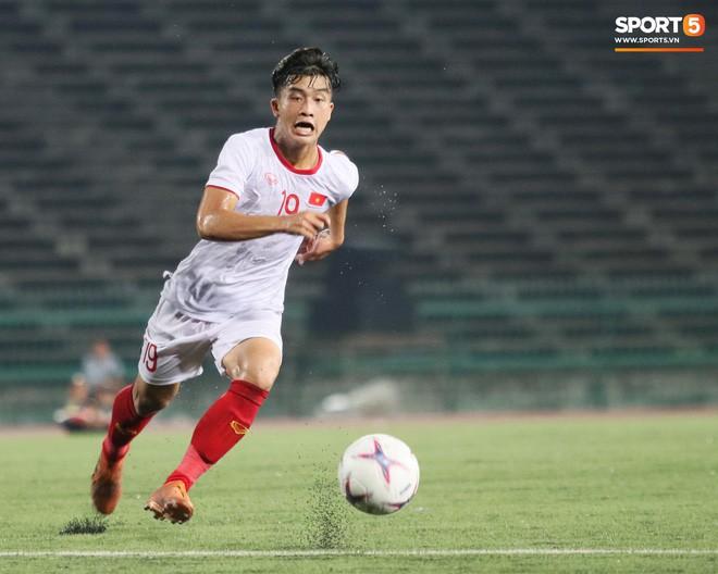 Trần Danh Trung bật khóc nức nở khi ghi bàn thắng may mắn cho U22 Việt Nam - Ảnh 6.