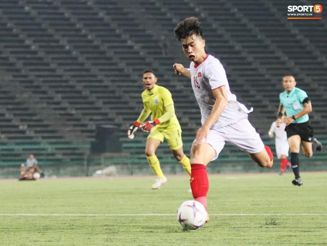 Trần Danh Trung bật khóc nức nở khi ghi bàn thắng may mắn cho U22 Việt Nam - Ảnh 7.