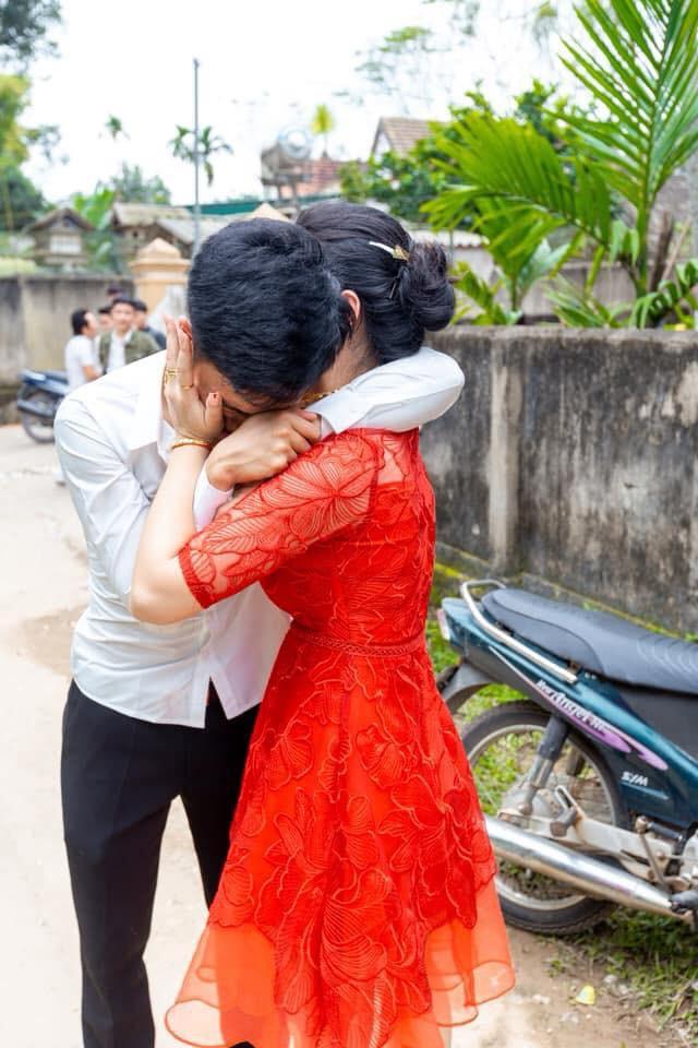 Anh trai bật khóc nức nở trong ngày em gái đi lấy chồng và 4 bức ảnh gây sốt mạng xã hội - Ảnh 1.