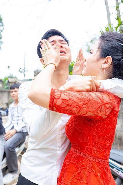 Anh trai bật khóc nức nở trong ngày em gái đi lấy chồng và 4 bức ảnh gây sốt mạng xã hội - Ảnh 2.
