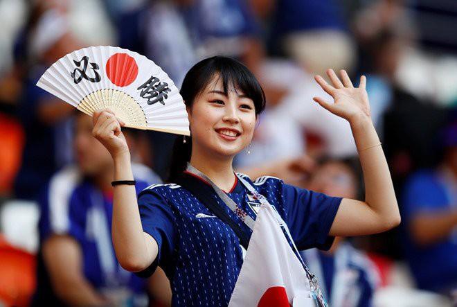 Nữ CĐV từng khiến bạn bè quốc tế ngây ngất vì vẻ đẹp ngây thơ thất thần nhìn Nhật Bản phơi áo trước Qatar - Ảnh 1.