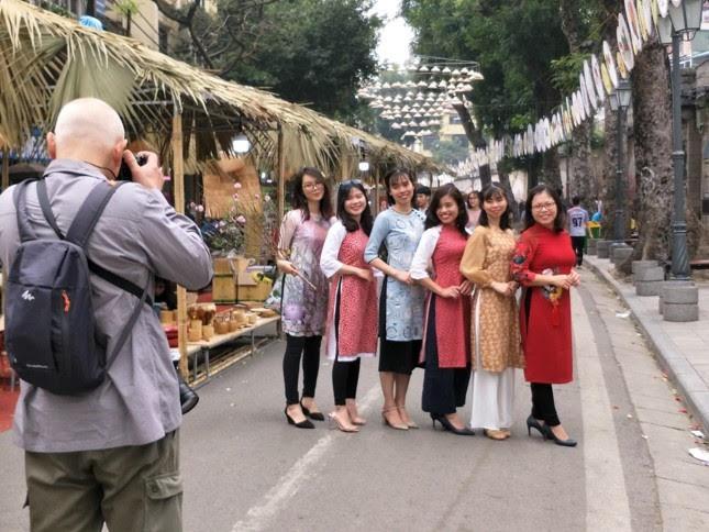 Tiểu thương chợ hoa lâu đời nhất Hà Nội ngao ngán vì ế ẩm - Ảnh 2.