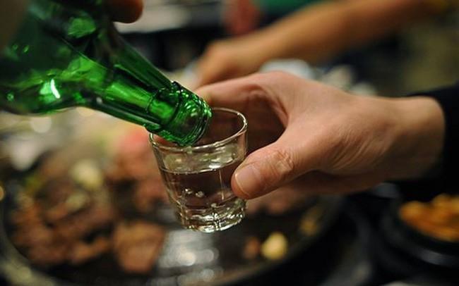 Cách từ chối chén rượu ép tinh tế trên bàn nhậu ngày đầu năm mới  - Ảnh 2.