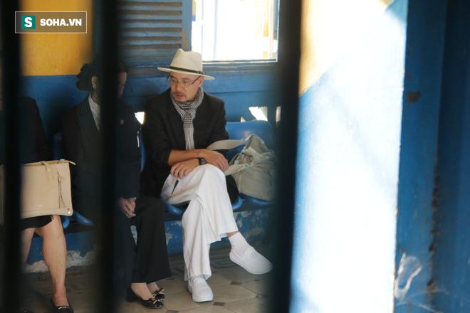 [ẢNH] Khoảnh khắc căng thẳng trong phiên xử ly hôn vợ chồng ông chủ cà phê Trung Nguyên - Ảnh 2.