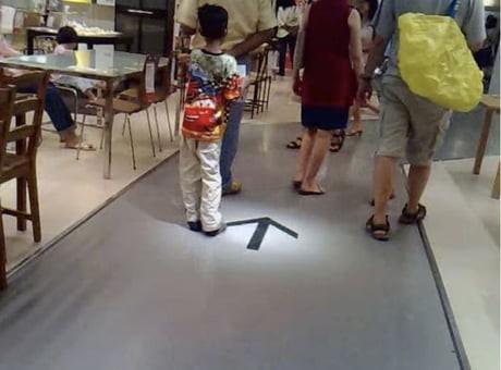 Vẽ mũi tên giả dưới sàn nhà, người đàn ông vô tình biến IKEA thành mê cung không lối thoát - Ảnh 1.