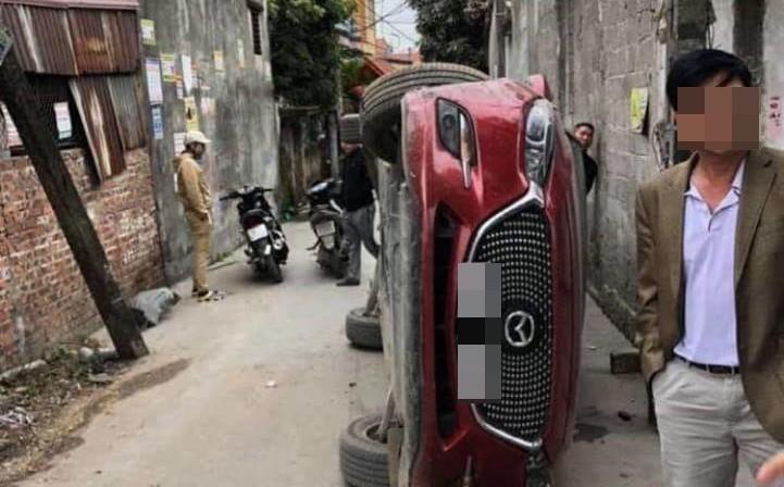 """Hiện trường vụ tai nạn khiến dân mạng """"đau đầu"""" tìm lời giải: Sao chiếc xe lại lật được?"""