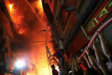 Không chạy được do kẹt xe, 45 người chết thảm trong đám cháy - Ảnh 1.