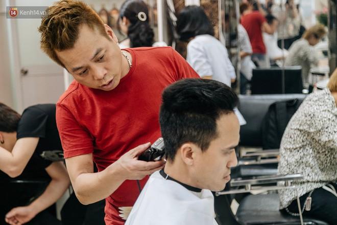 Người Hà Nội rủ nhau đi cắt miễn phí kiểu tóc giống Tổng thống Donald Trump và nhà lãnh đạo Kim Jong-un - Ảnh 15.