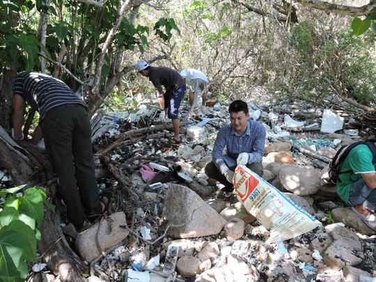 Chi hơn 35 tỉ đồng, chuyển 70.000 tấn rác từ Côn Đảo về đất liền xử lý - Ảnh 4.