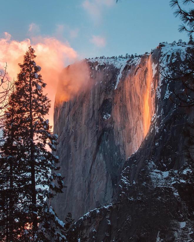 Hiện tượng thác lửa ở Mỹ khiến dân tình đổ xô đến chụp ảnh dù đường ngập tuyết tận hông - Ảnh 8.