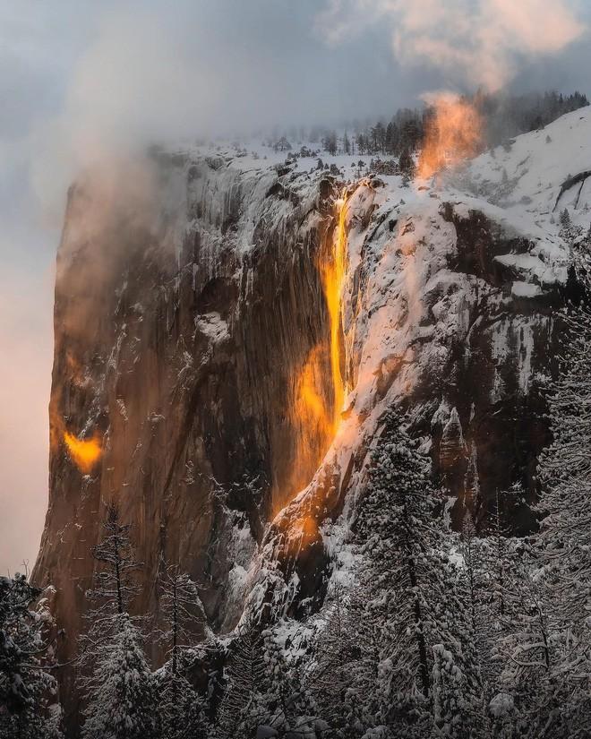 Hiện tượng thác lửa ở Mỹ khiến dân tình đổ xô đến chụp ảnh dù đường ngập tuyết tận hông - Ảnh 9.