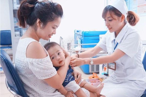 """Nhiều trẻ mắc sởi từ trào lưu """"anti vắc xin"""": Người lớn a dua, trẻ con chịu trận - Ảnh 1."""