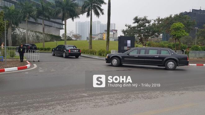 Siêu xe Quái thú của TT Trump về đến khách sạn sau khi dừng đổ xăng trên đường phố Hà Nội - Ảnh 3.