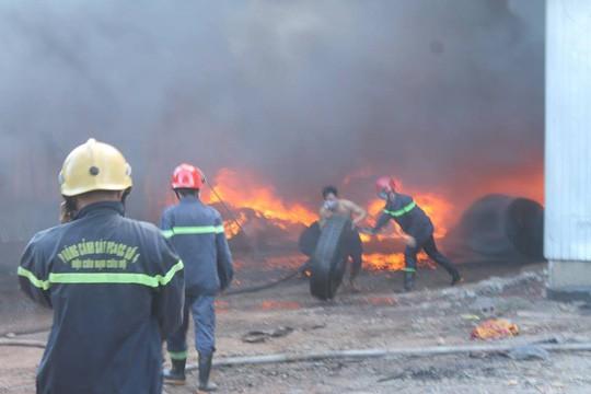 Người đàn ông mình trần cố cứu lốp ôtô trong đám cháy lớn  - Ảnh 1.