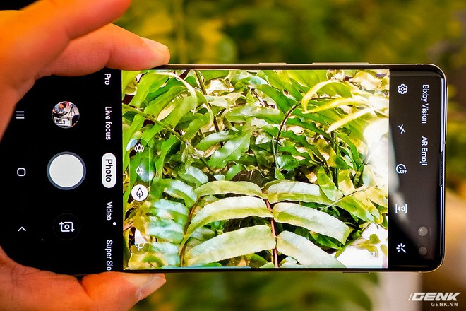 Cận cảnh nốt ruồi duyên của Galaxy S10+: Có che mất nội dung không, xem video có khó chịu không, chơi game thì thế nào? - Ảnh 6.
