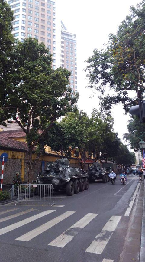 Xe bọc thép trấn giữ trên đường về khách sạn của Chủ tịch Kim Jong-un - Ảnh 1.