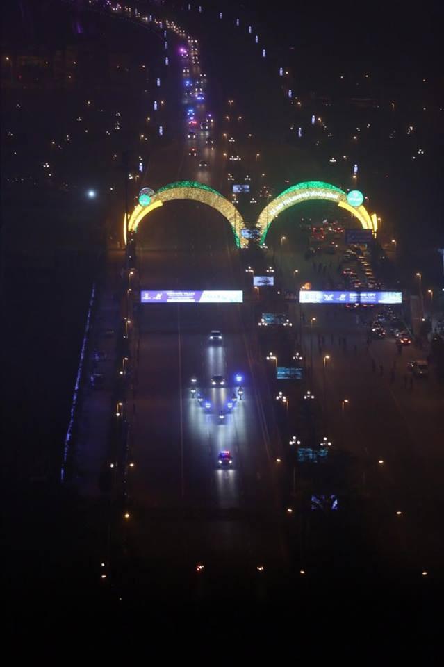 Toàn cảnh Quái thú chở TT Donald Trump lướt phố đêm Hà Nội trong sự chào đón nồng nhiệt của người dân - Ảnh 17.