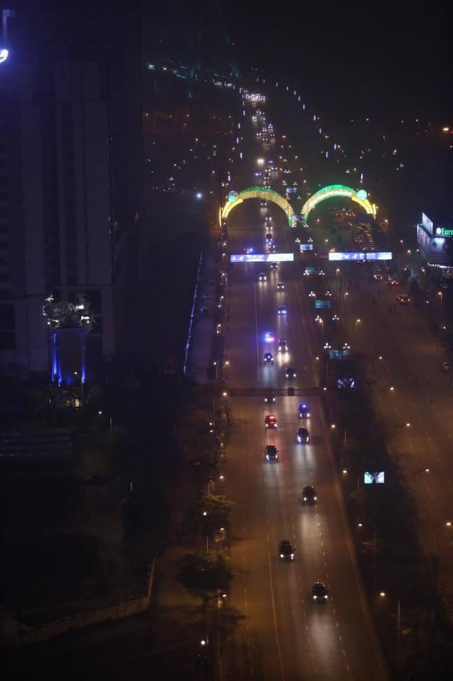 Toàn cảnh Quái thú chở TT Donald Trump lướt phố đêm Hà Nội trong sự chào đón nồng nhiệt của người dân - Ảnh 19.