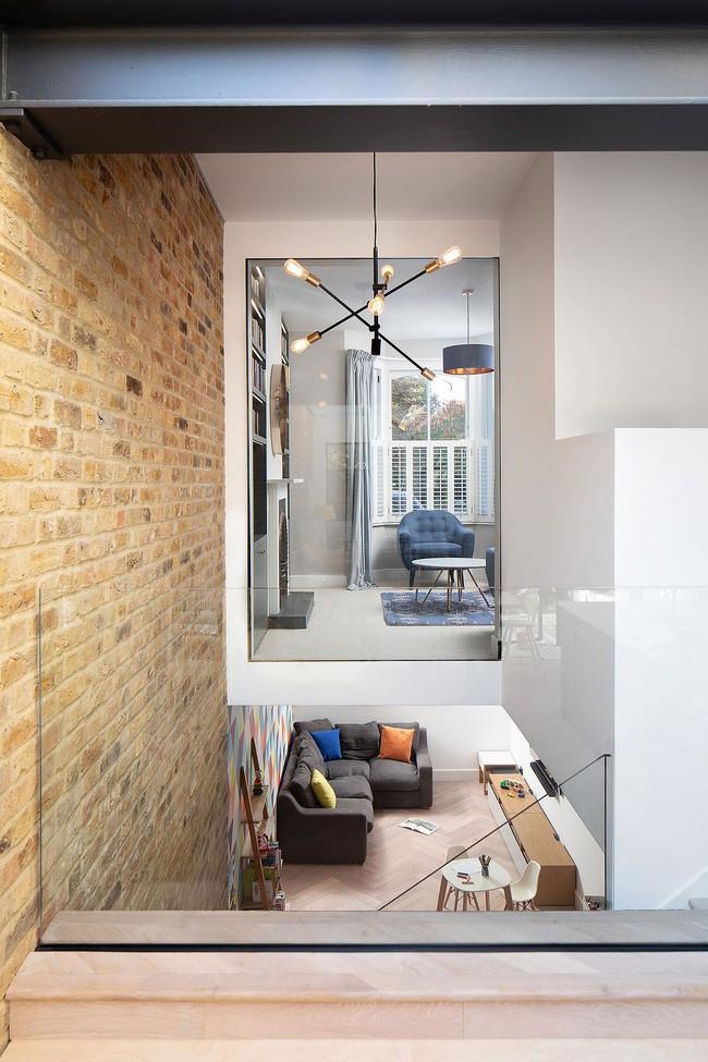 Chỉ với 3 vật liệu đơn giản, kiến trúc sư đã giúp ngôi nhà chật chội này có lối thoát tài tình - Ảnh 11.