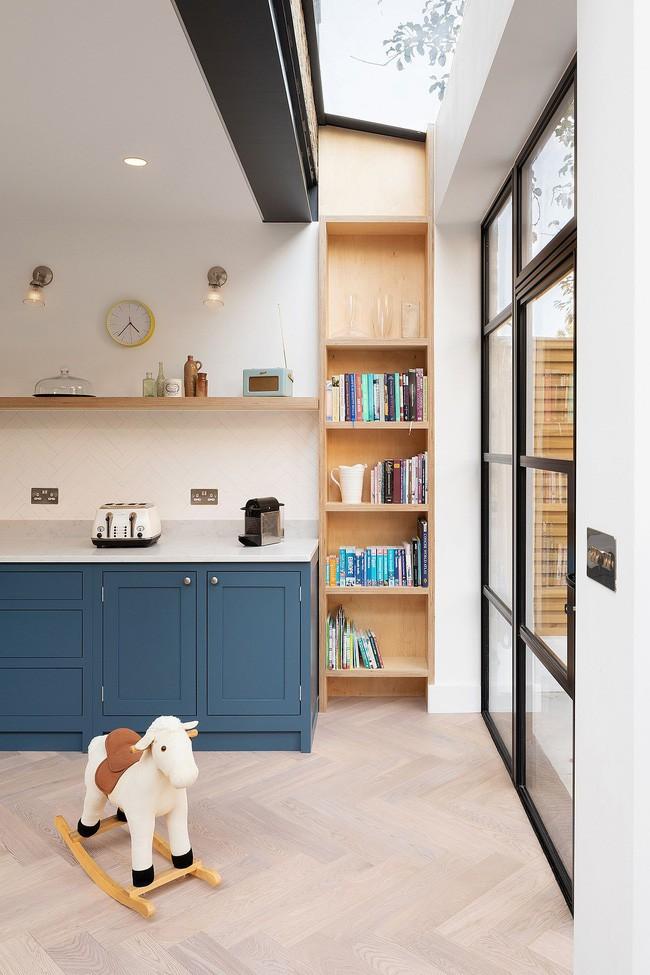 Chỉ với 3 vật liệu đơn giản, kiến trúc sư đã giúp ngôi nhà chật chội này có lối thoát tài tình - Ảnh 3.