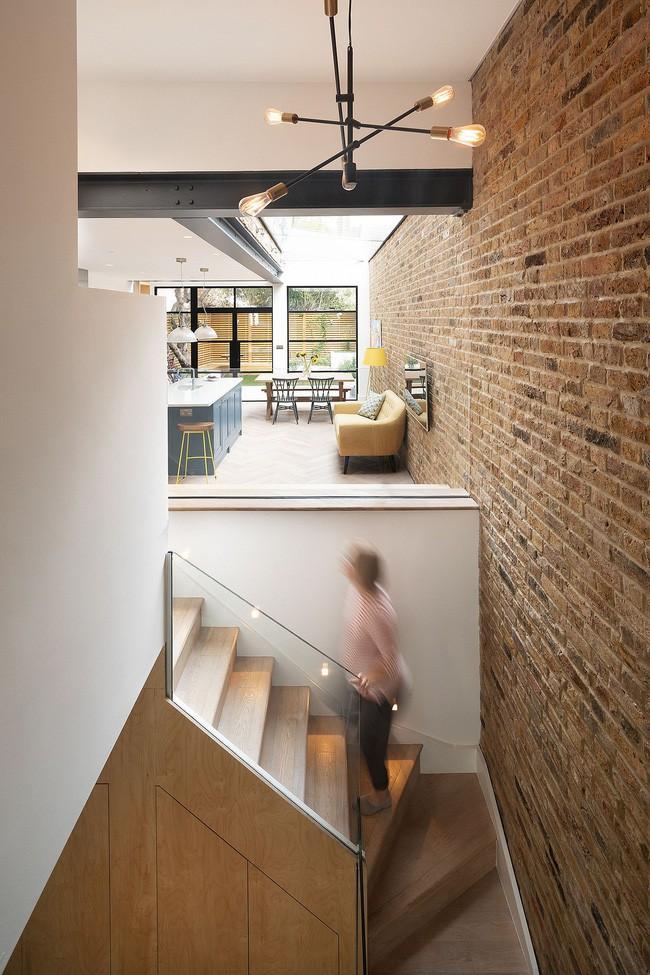 Chỉ với 3 vật liệu đơn giản, kiến trúc sư đã giúp ngôi nhà chật chội này có lối thoát tài tình - Ảnh 8.