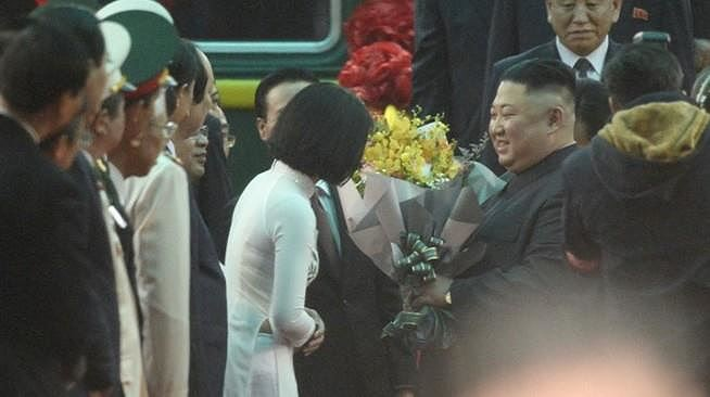 Nữ sinh tặng hoa ông Kim Jong-un ở ga Đồng Đăng: Vô cùng bất ngờ và hạnh phúc - Ảnh 2.