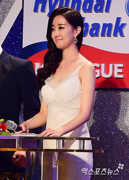Nữ MC Hàn xinh đẹp tác nghiệp trên nóc khách sạn Daewoo gây sốt Việt Nam nổi tiếng ra sao? - Ảnh 11.